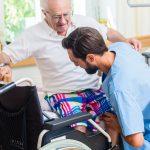 בית אבות בסביון אח מטפל בדייר מבוגר