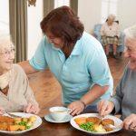 בתי אבות אחות משוחחת עם זוג מטופלים