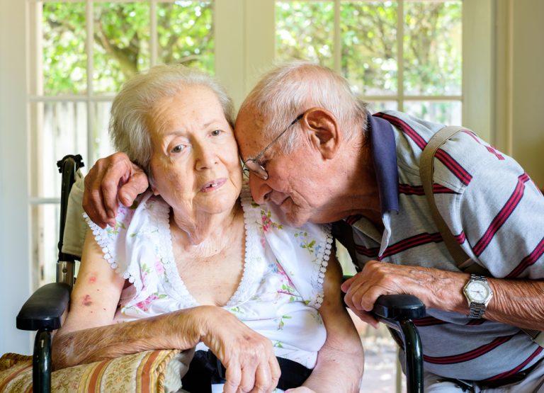 בית אבות בסביון זוג מבוגרים מתחבקים