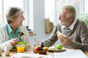 קשישים אוכלים