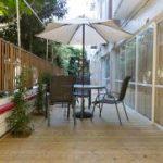 בית אבות הדרים רמת גן ספות במרפסת