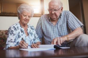 זוג בגיל השלישי כותב צוואה