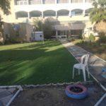 בית אבות עכו דשא וכסאות בחוץ